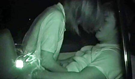 Ragazza che agisce con video amatoriali spinti passione a letto